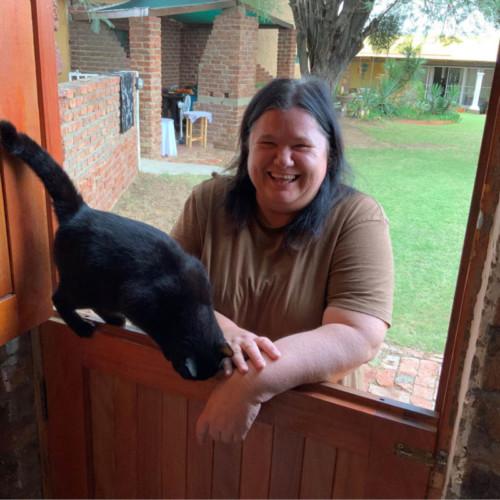 Lorraine Meyer van Lorraine's Guesthouse op Jansenville is een van daai hartlike mense met wie jy sommer onmiddellik vriende maak. Sy het gesorg vir 'n reuse ontbyt wat by jou kamer bedien word - nogal met vars gedrukte lemoensap! Hier is sy saam met Poekie, wat dadelik haar intrek by my geneem het.